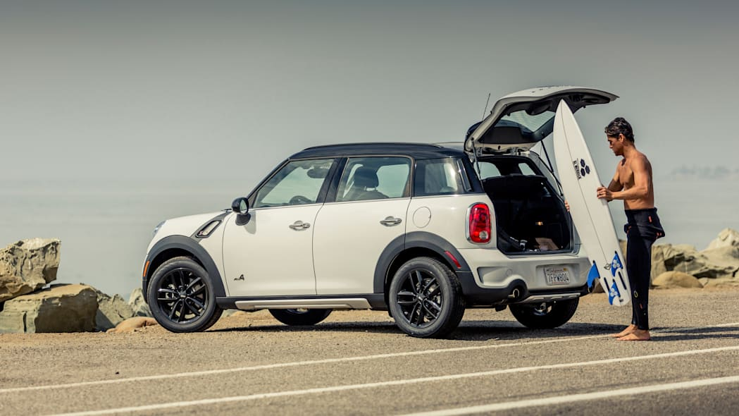 Mini Countryman in white with surfboard