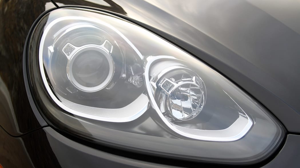 2015 Porsche Cayenne S headlight