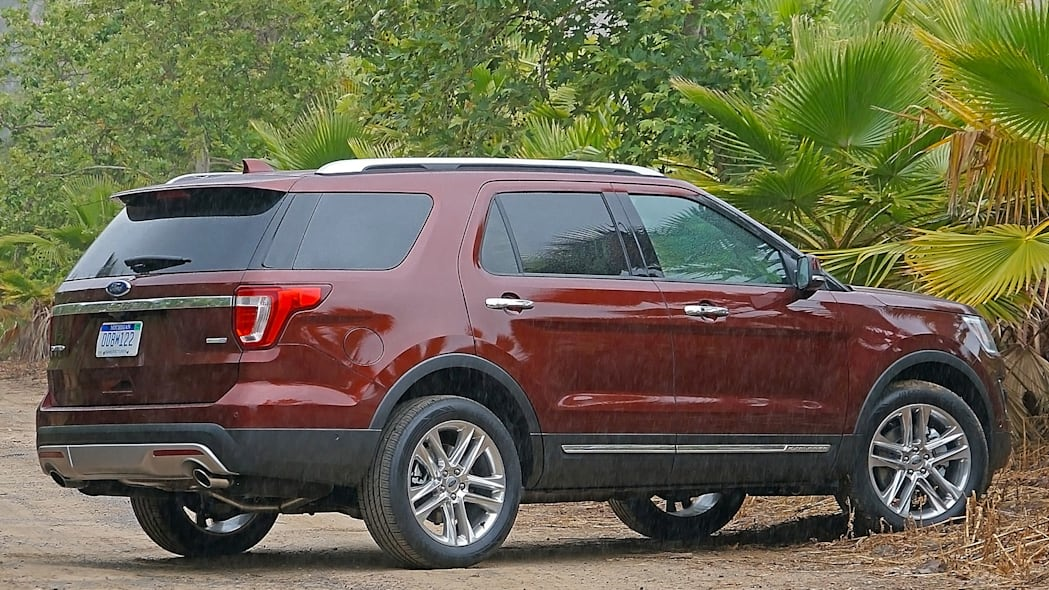 2016 Ford Explorer rear 3/4 view