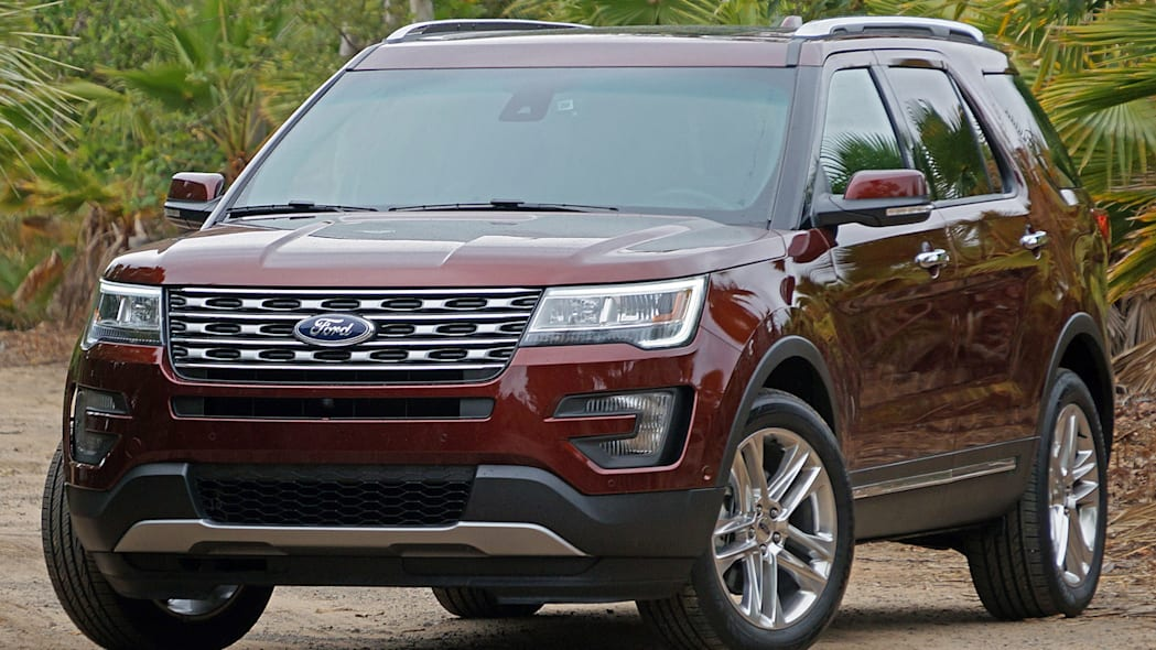 2016 Ford Explorer front 3/4 view
