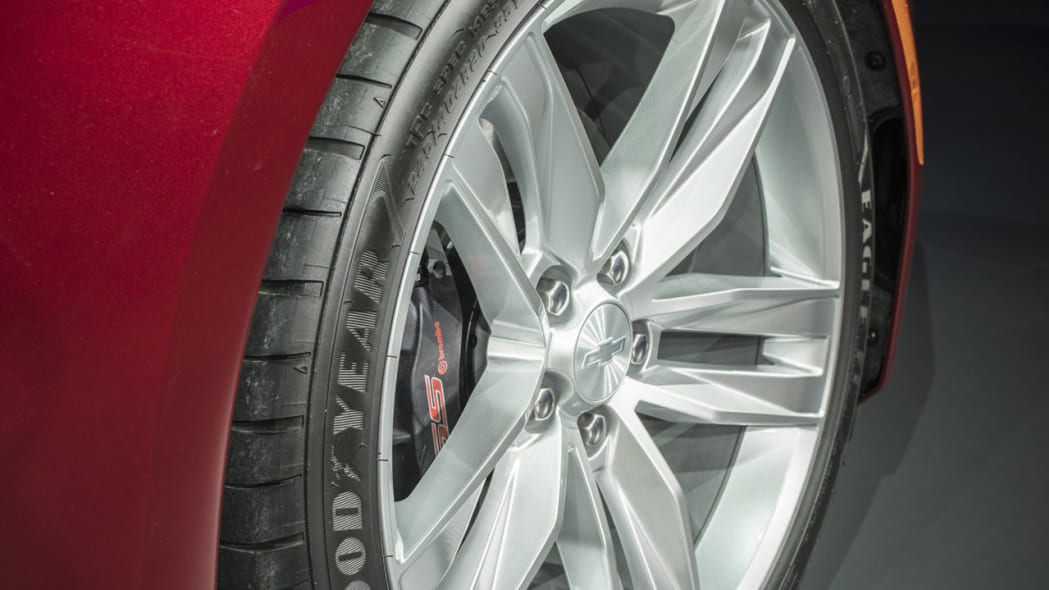 2016 chevy camaro front tires red
