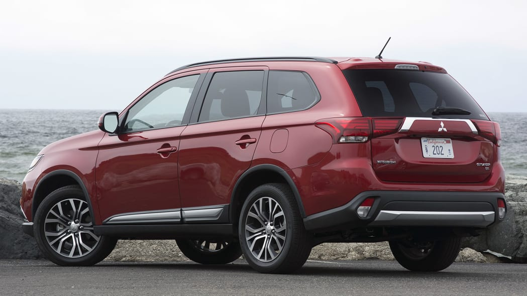 2016 Mitsubishi Outlander rear 3/4 view