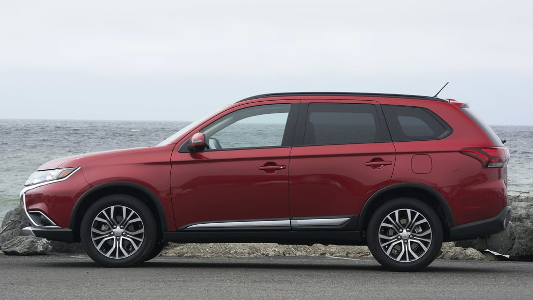 2016 Mitsubishi Outlander side view