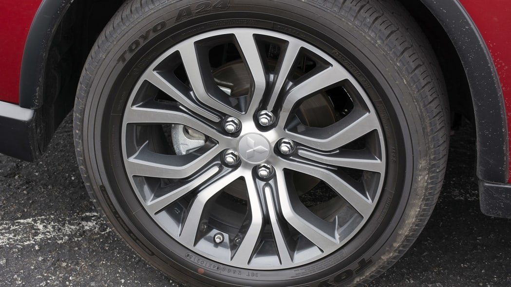 2016 Mitsubishi Outlander wheel