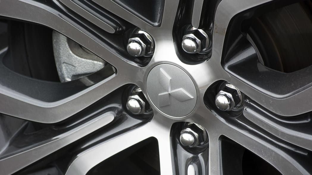 2016 Mitsubishi Outlander wheel detail