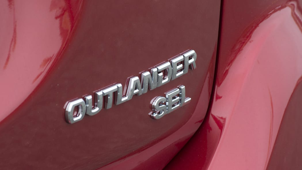 2016 Mitsubishi Outlander badge