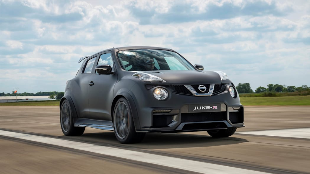Nissan Juke-R 2.0 moving runway front 3/4