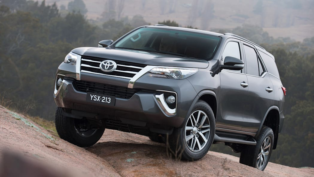 2015 Toyota Fortuner front 3/4 off-road