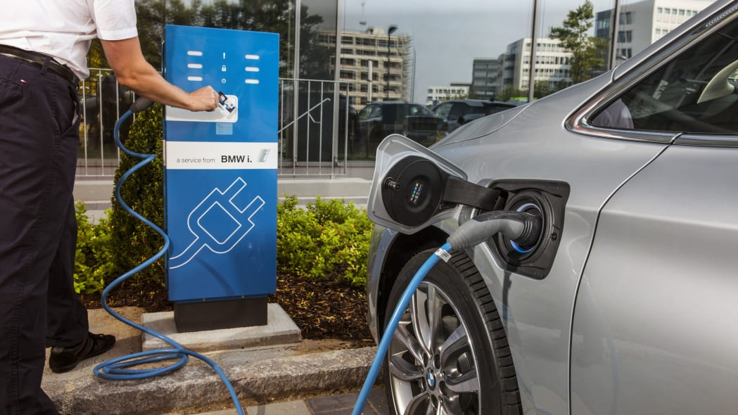 bmw 225xe paying to charge