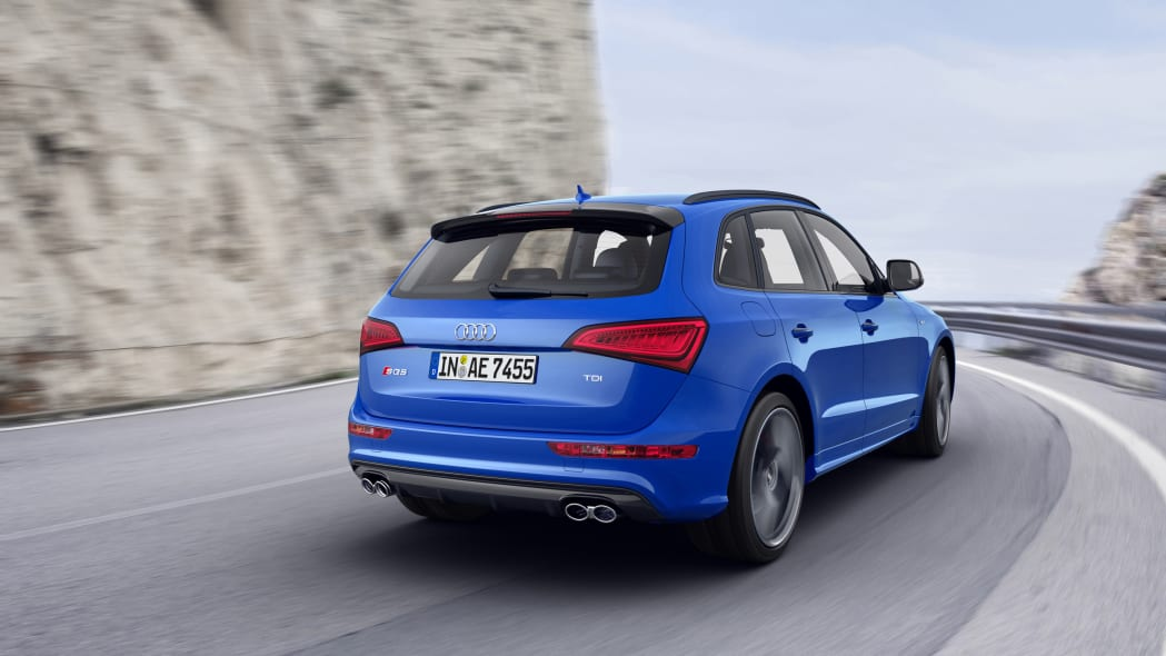 Audi SQ5 TDI Plus moving road rear 3/4