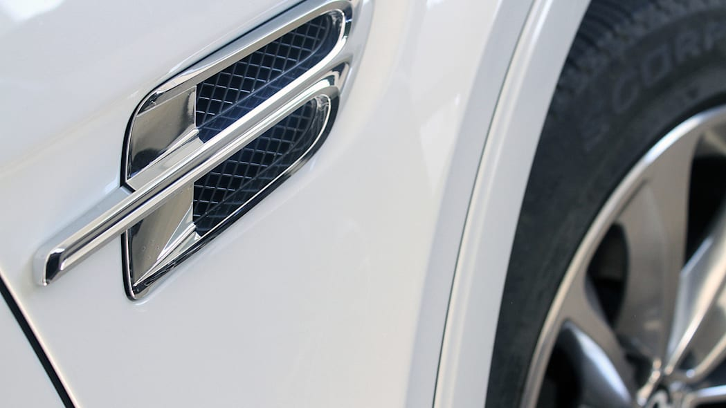 2016 Bentley Bentayga side vent