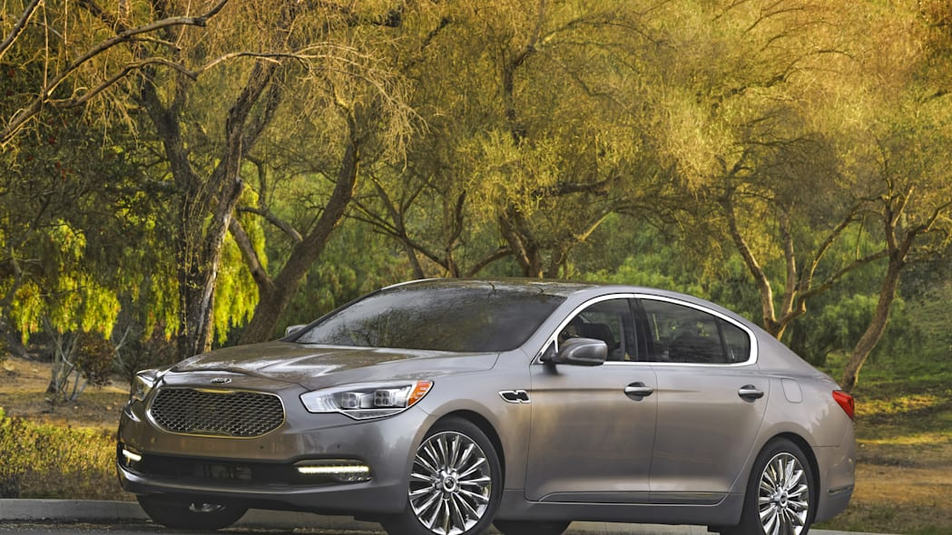 2016 Kia K900 front 3/4 static country