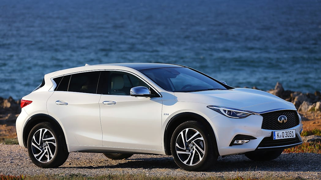 2017 Infiniti Q30 front 3/4 view