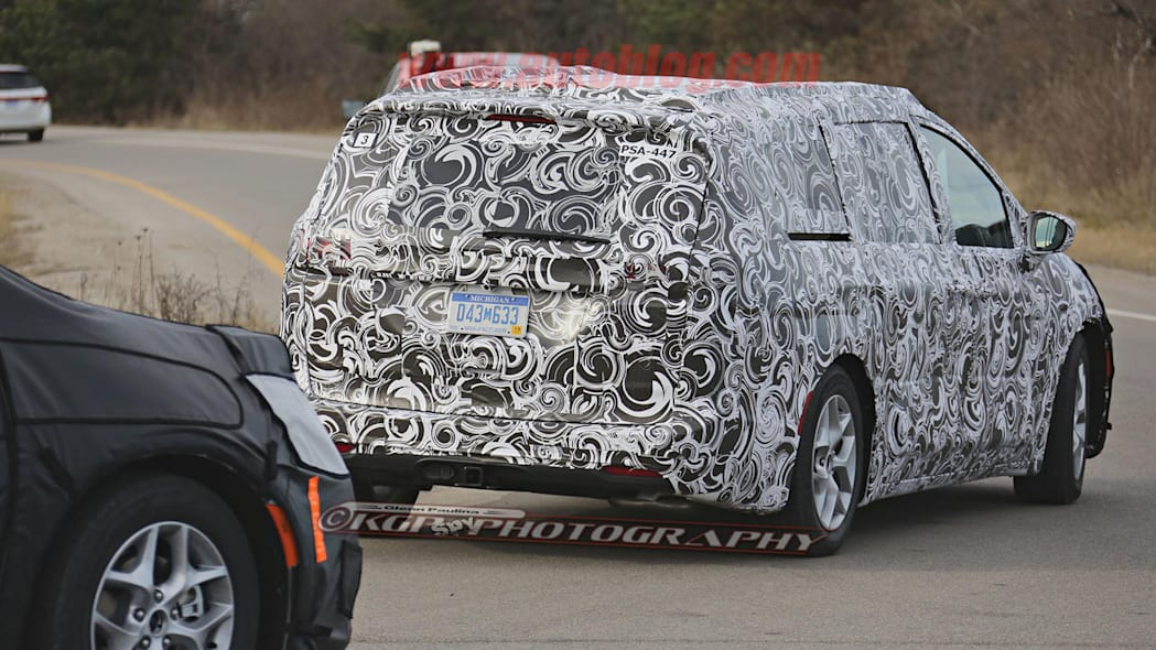 2017 chrysler town and country rear shape