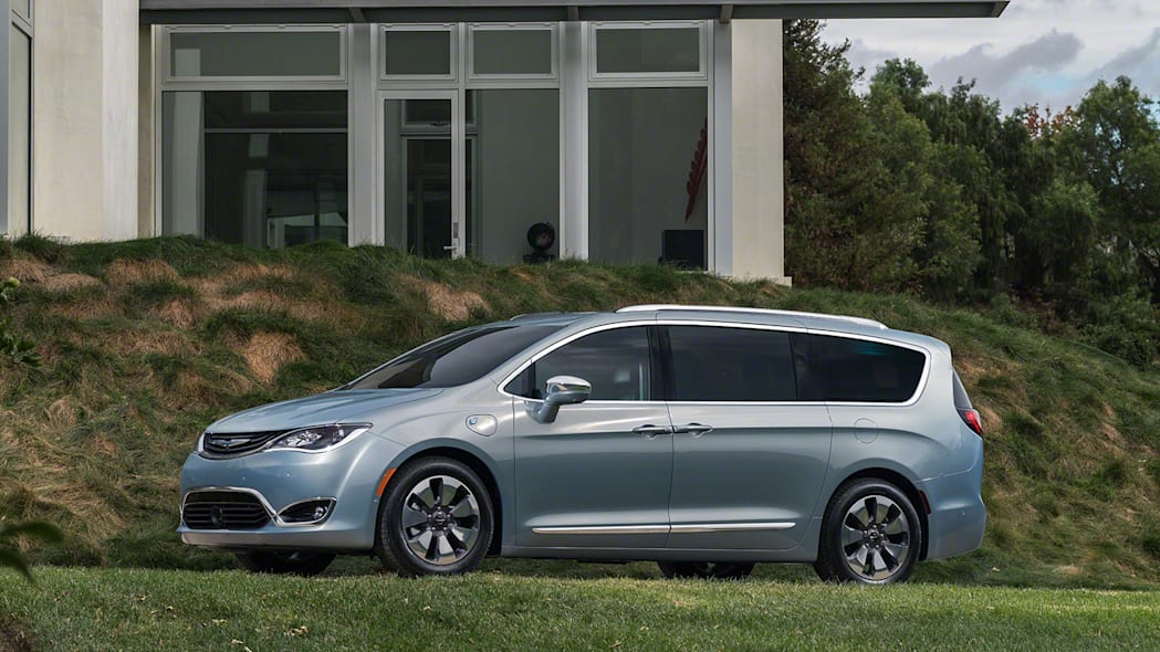 2017 Chrysler Pacifica Hybrid in motion