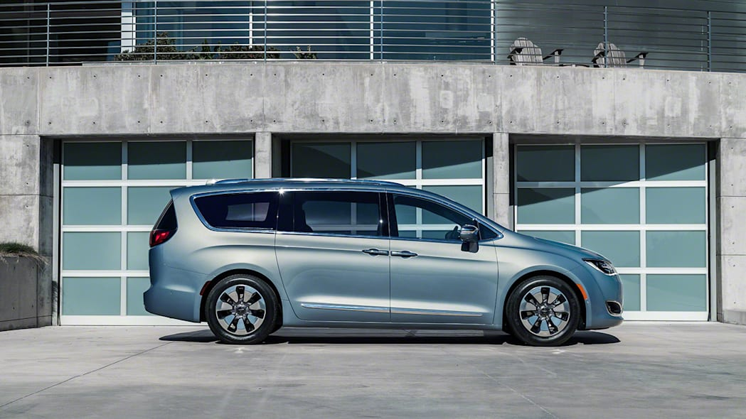 2017 Chrysler Pacifica Hybrid profile