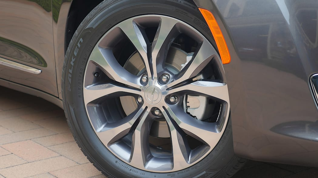 2017 Chrysler Pacifica wheel