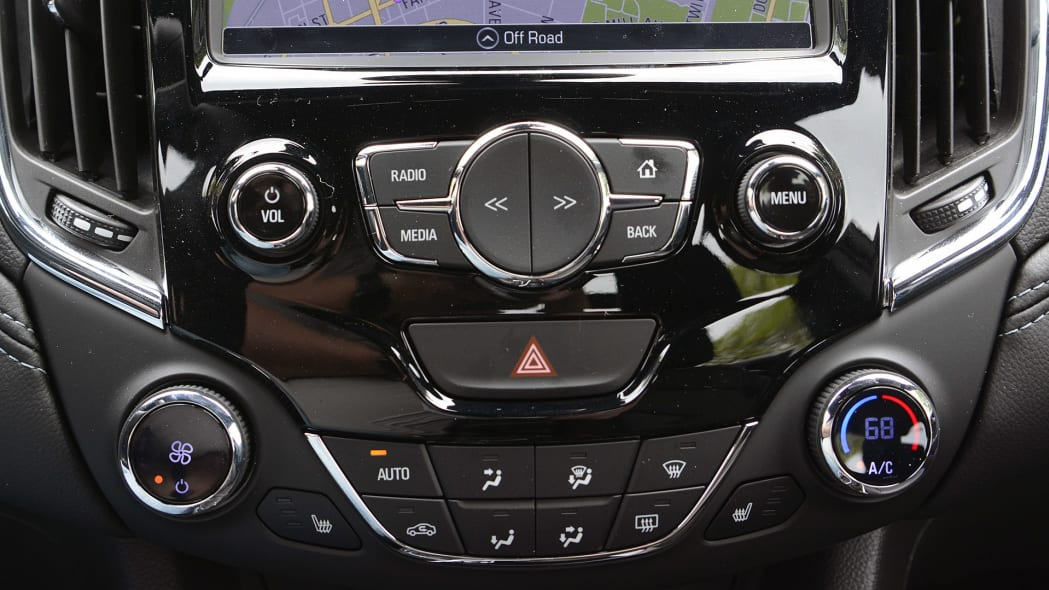 2016 Chevrolet Cruze climate and audio controls