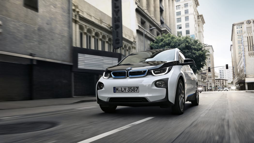 2017 BMW i3 front 3/4 view in city