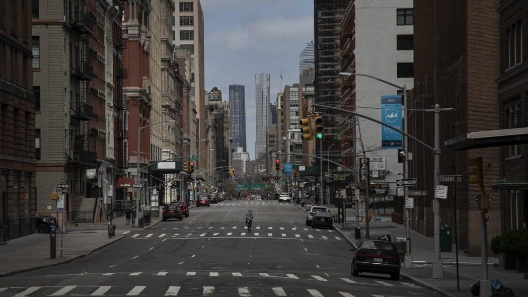Un ciclista tiene una  amplia avenida de Nueva York para él solo el 22 de marzo del 2020. Las calles de la Gran Manzana están vacías en medio de la crisis del coronavirus. (AP Photo/Wong Maye-E)