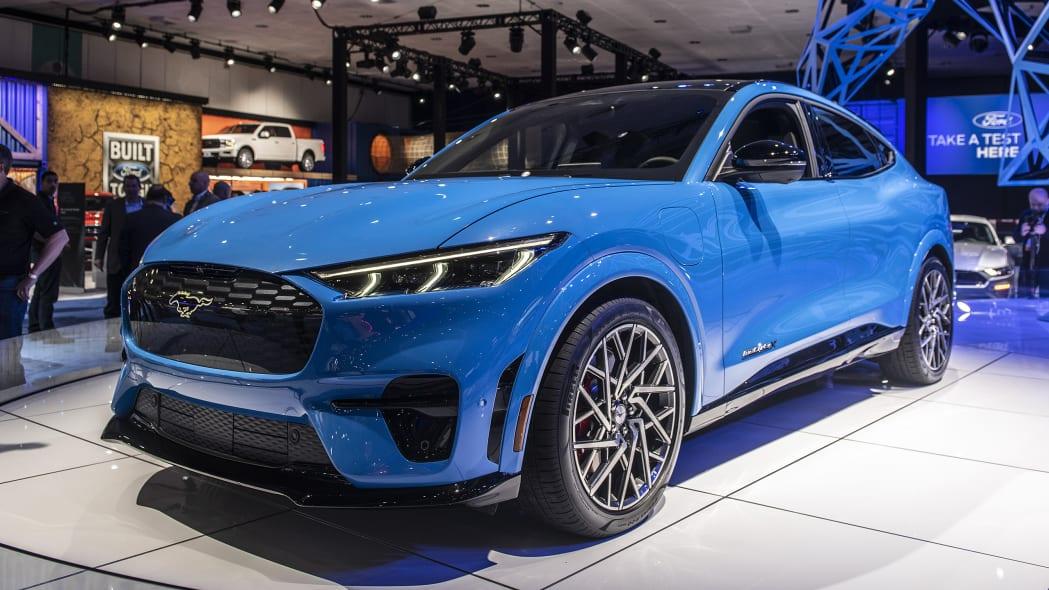2021-ford-mustang-mach-e-la-02