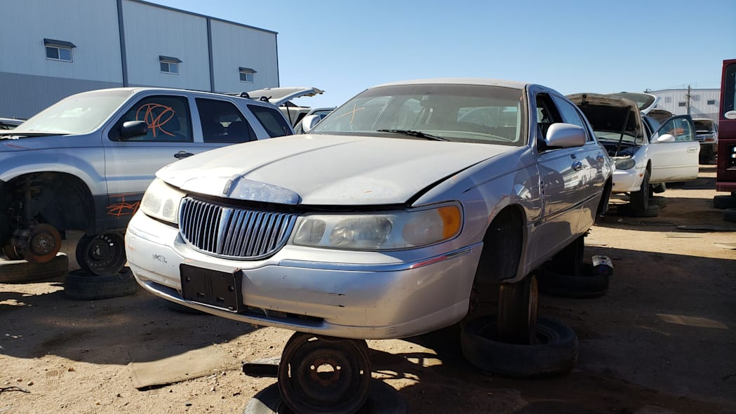 00 - 2000 Lincoln Town Car Cartier Edition in Colorado junkyard - photo by Murilee Martin