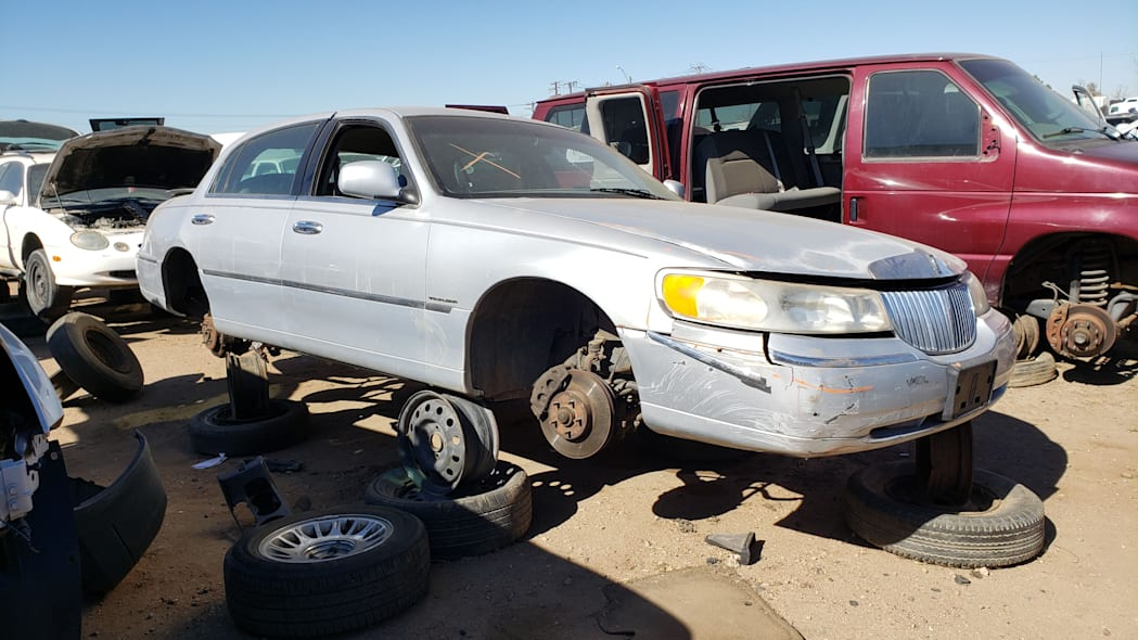 41 - 2000 Lincoln Town Car Cartier Edition in Colorado junkyard - photo by Murilee Martin