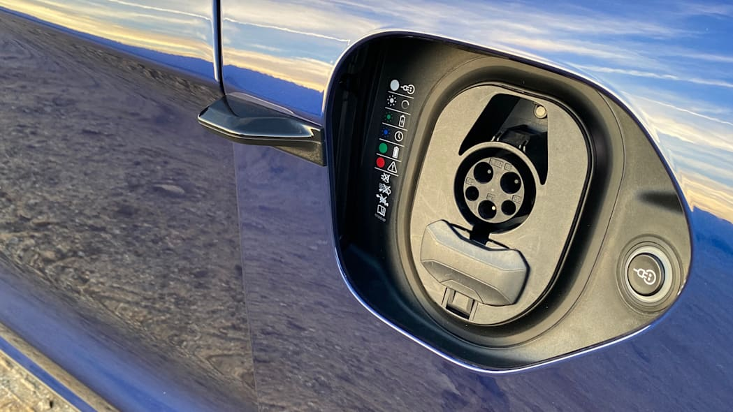 porsche-taycan-turbos-chargeport