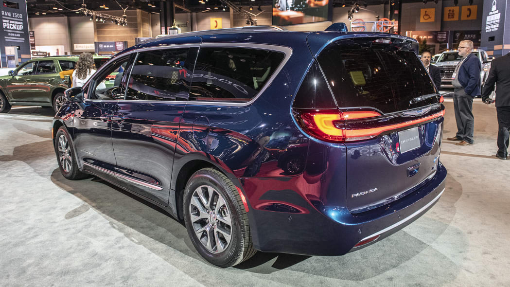 2021-chrysler-pacifica-chicago-02