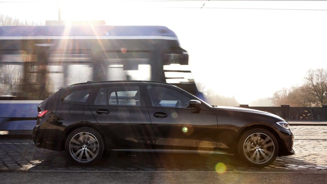 bmw_330e_sedan_touring_xdrive_003