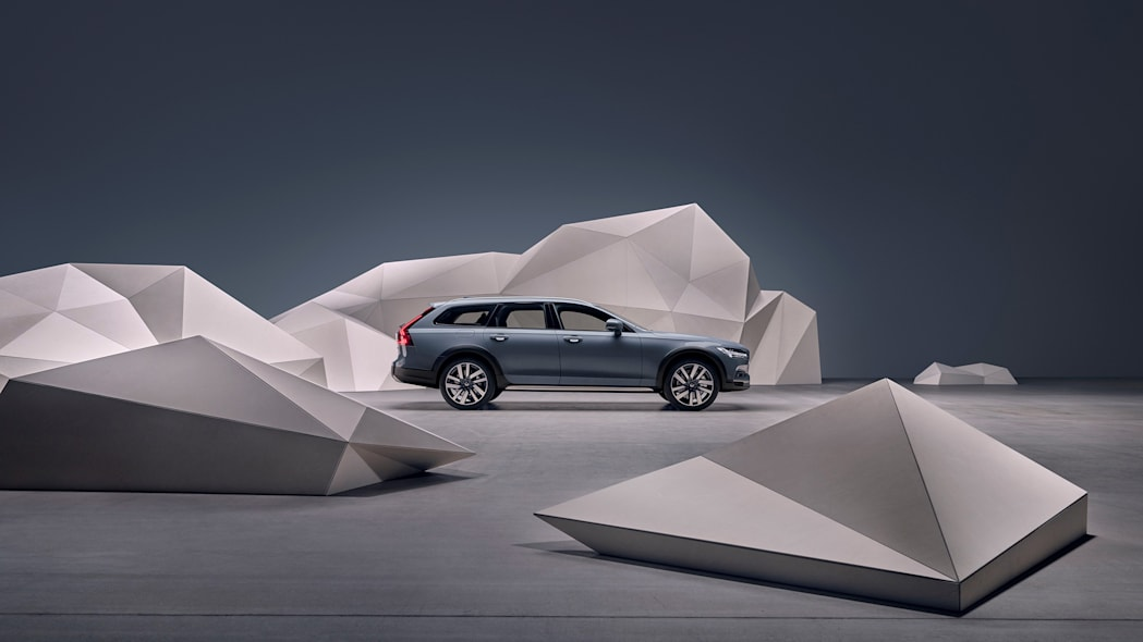 Studio images - the refreshed Volvo V90 B6 AWD Cross Country in