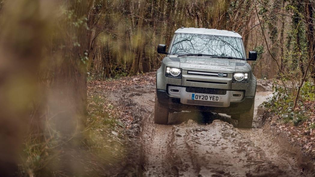 2020 Land Rover Defender 110 off-road 2