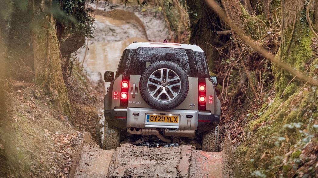 2020 Land Rover Defender 110 off-road 3