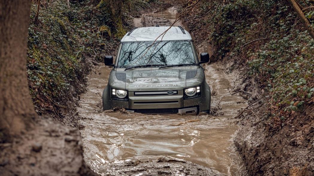 2020 Land Rover Defender 110 off-road 5