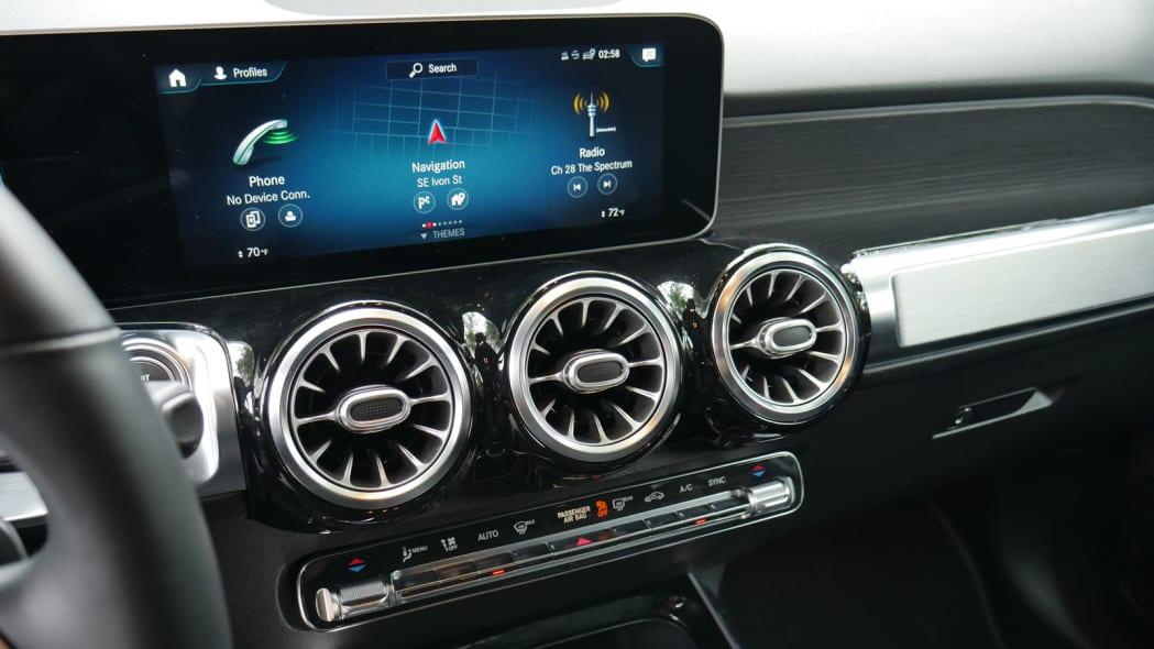 2020 Mercedes GLB 250 center stack