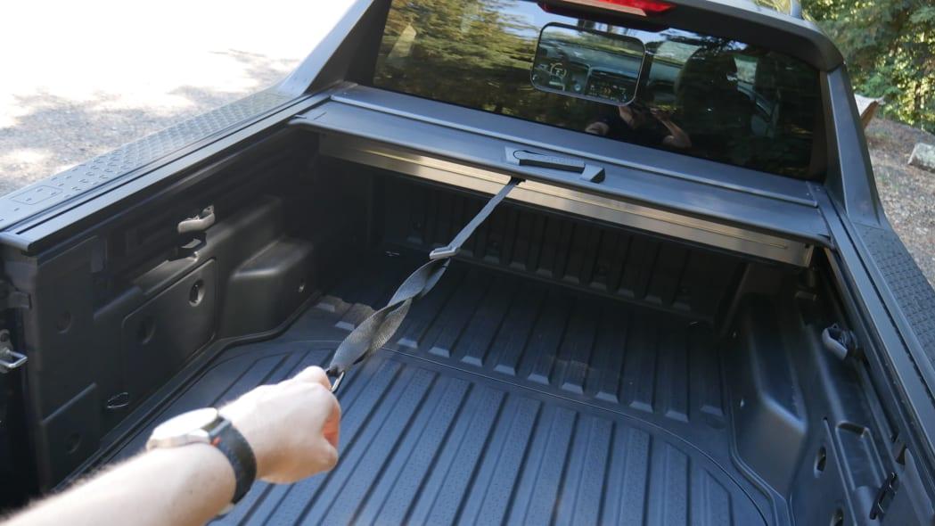 2022 Hyundai Santa Cruz bed cargo cover pull