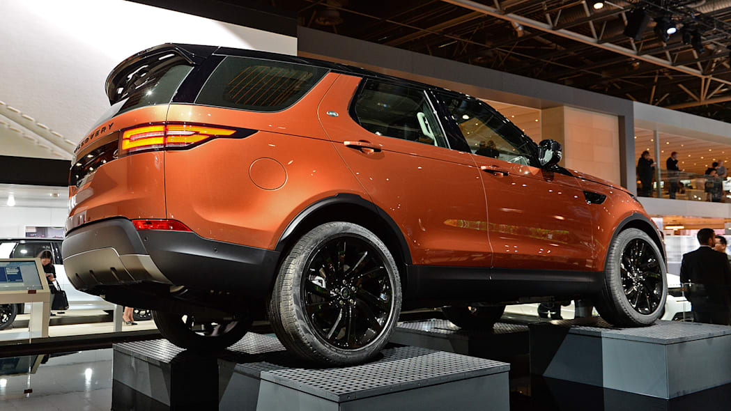2018 land rover discovery softens its style loses some weight autoblog. Black Bedroom Furniture Sets. Home Design Ideas