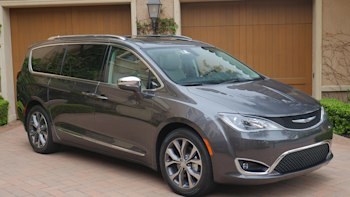 2017 Chrysler Pacifica Front 3 4 View