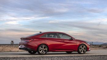 hyundai introduces 2021 elantra with hybrid power coupe styling autoblog hyundai introduces 2021 elantra with hybrid power coupe styling autoblog