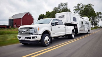 Ford Truck Towing Capacity >> 2017 Ford F 450 Super Duty Rated To Tow 32 500 Pounds Autoblog