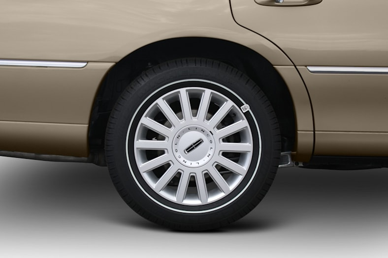 2011 Lincoln Town Car Pictures