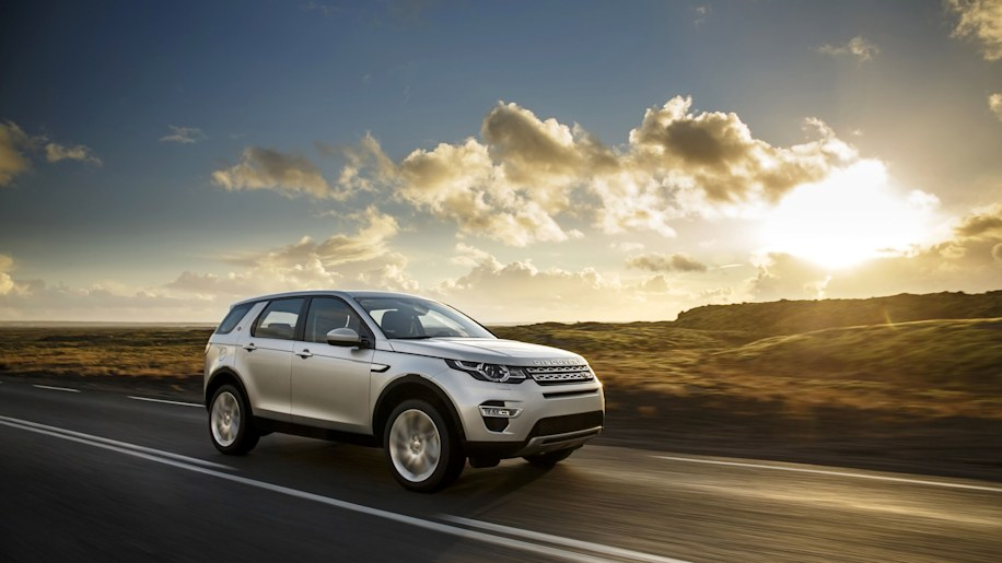 Land Rover Discovery Sport Ingenium diesel moving road silver front 3/4