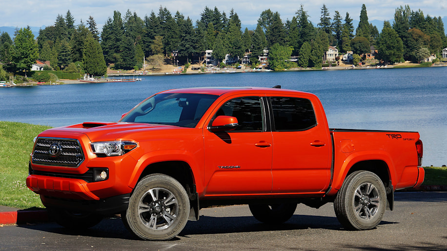 2016 Toyota Tacoma TRD Sport 4x4 front 3/4 view
