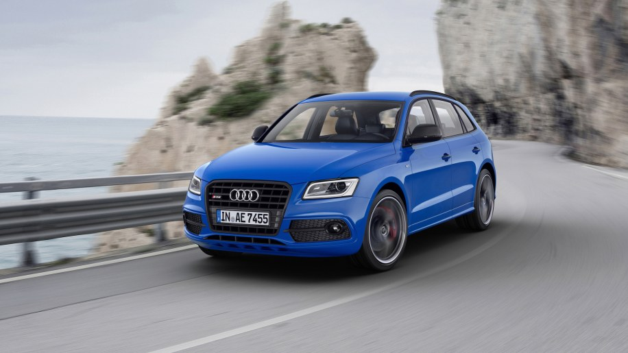 Audi SQ5 TDI Plus moving road front 3/4