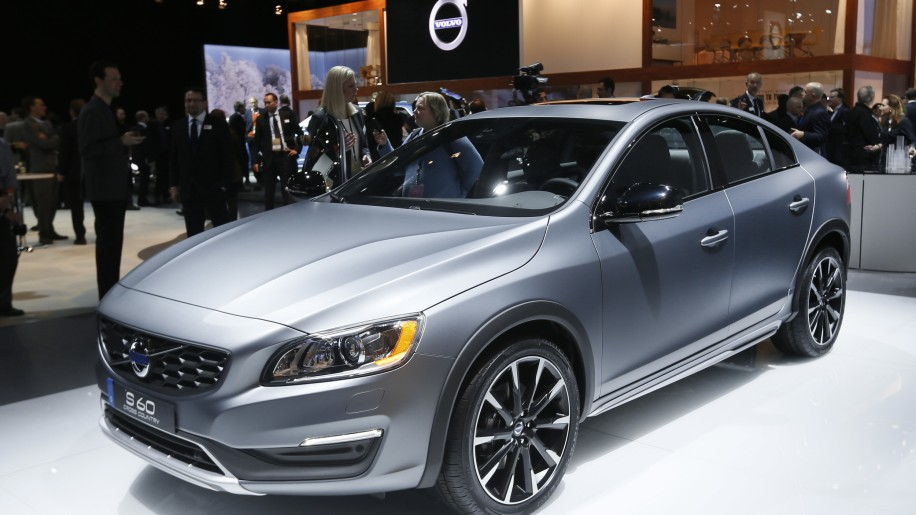 2015 Volvo S60 Cross Country in grey