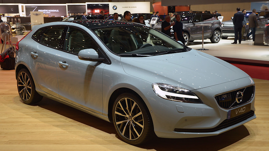 2017 volvo v40 hatches a fresher take on the small wagon. Black Bedroom Furniture Sets. Home Design Ideas