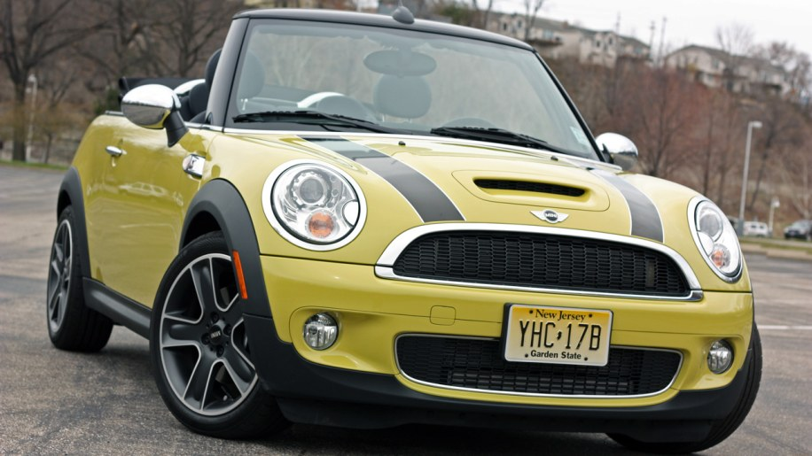 review 2009 mini cooper s convertible adds open air fun for a price autoblog. Black Bedroom Furniture Sets. Home Design Ideas