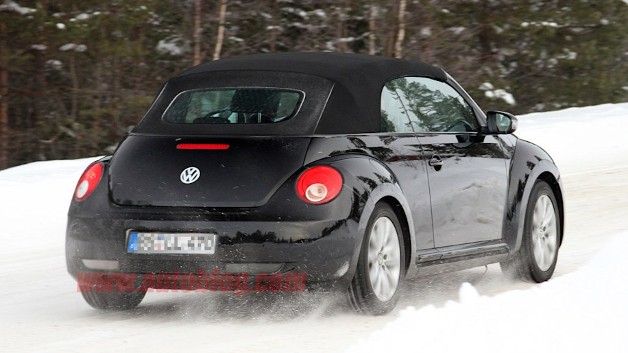 2013 vw beetle convertible spotted buttoned up for winter autoblog. Black Bedroom Furniture Sets. Home Design Ideas