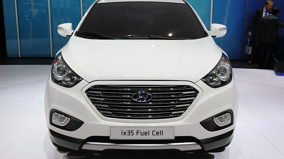 hyundai ix35 lays claim to world 39 s first production fuel cell vehicle title autoblog. Black Bedroom Furniture Sets. Home Design Ideas