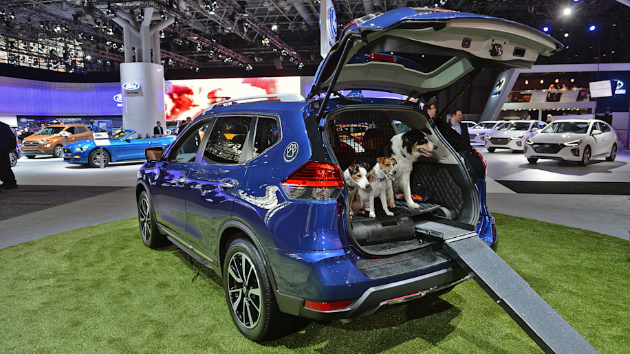 nissan creates the rogue dogue a crossover dog owners will be begging for autoblog. Black Bedroom Furniture Sets. Home Design Ideas
